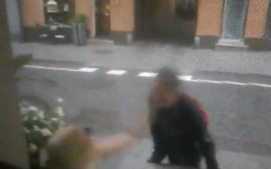 Vilniaus gatvėje – aršus konfliktas tarp pinigų prašytojos ir kavinės klientės