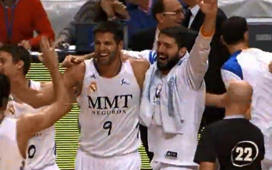 Felipe Reyesas džiaugiasi su komandos draugais po neįtikėtino metimo