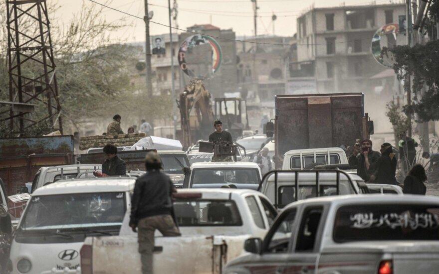 Sirijoje iš Damasko režimą palaikančių miestelių evakavosi tūkstančiai gyventojų