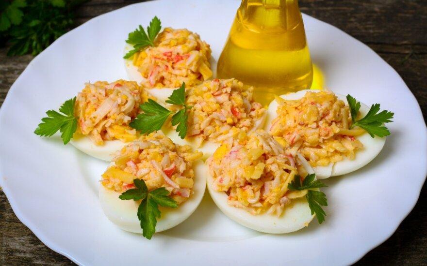 Įdaryti kiaušiniai su krabų lazdelėmis ir sūriu
