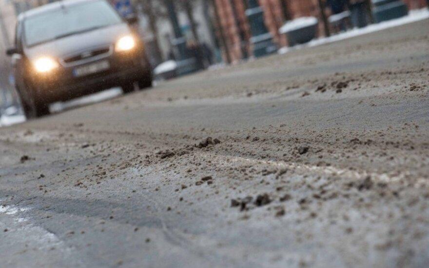 Kelininkai pradeda žiemos sezoną: sandėliai užpildyti smėliu ir druska