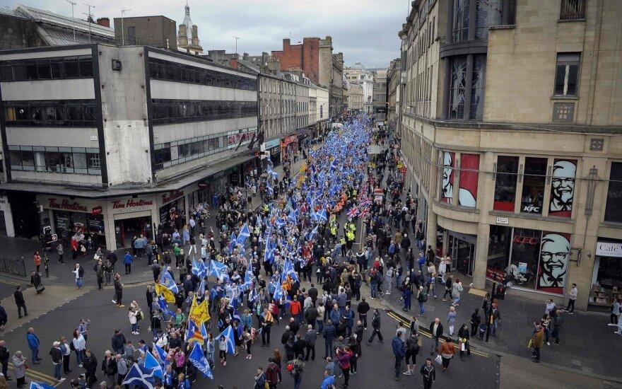 Škotijoje dešimtys tūkstančių žmonių dalyvavo eitynėse už nepriklausomybę
