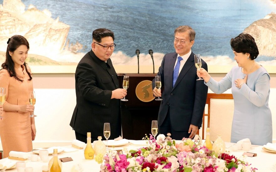 Moon Jae-inas, Kim Jong Unas, Ri Sol Ju, Kim Jung-sook