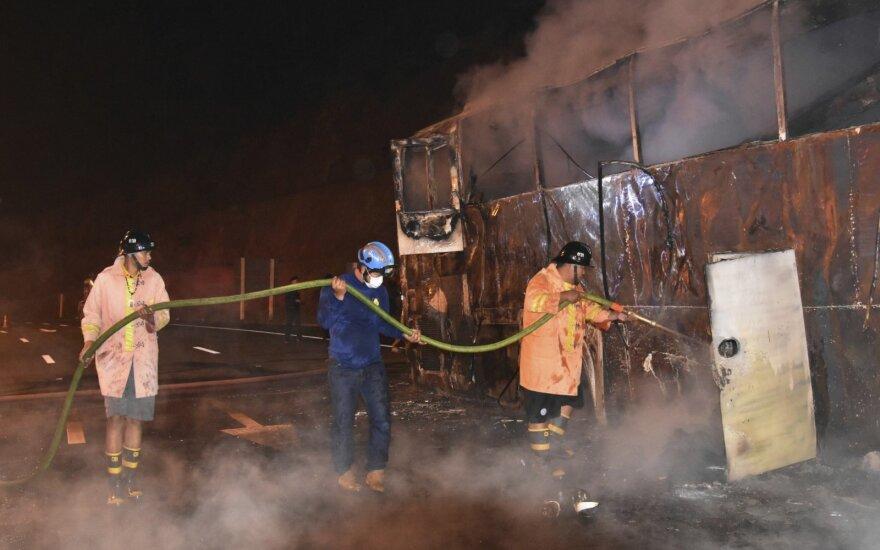 Tailande užsiliepsnojus migrantus darbininkus vežusiam autobusui, žuvo 20 žmonių