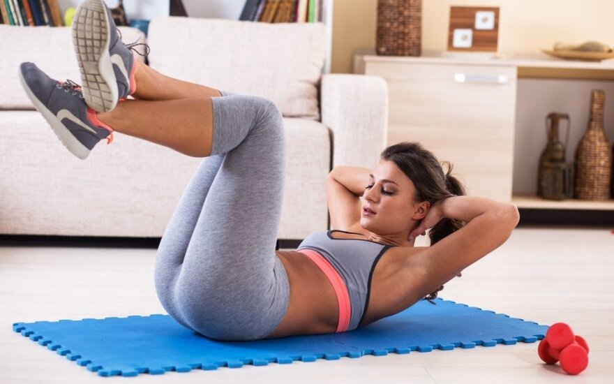 Intensyvi viso kūno raumenų treniruotė sportuojančioms namuose