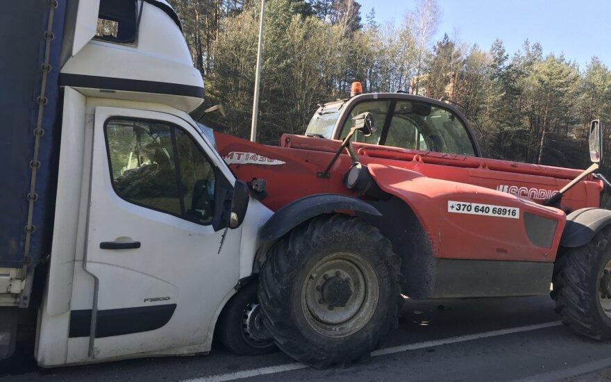 """Vilniaus pakraštyje sunkvežimiukas su užrašu """"gazasdugnas"""" rėžėsi į krautuvą ir palindo po juo"""