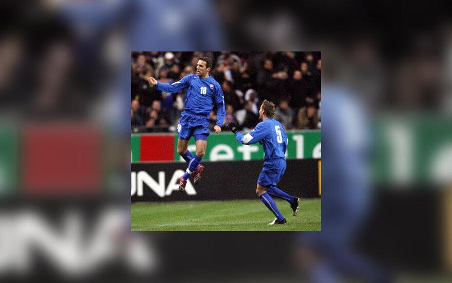 Slovakijos rinktinės futbolininkas Jozefas Valachovičius džiaugiasi įvarčiu