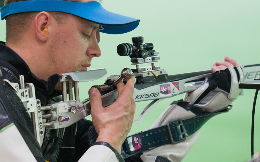 Šaulys Karolis Girulis Tokijo žaidynių kulkinio šaudymo šautuvu iš 50 m atstumo atrankoje