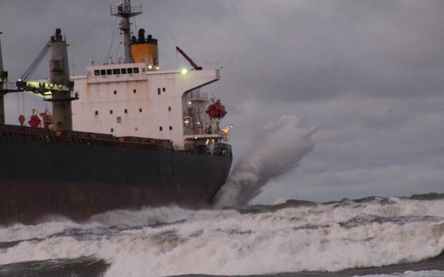 Laivas ant seklumos pajūryje
