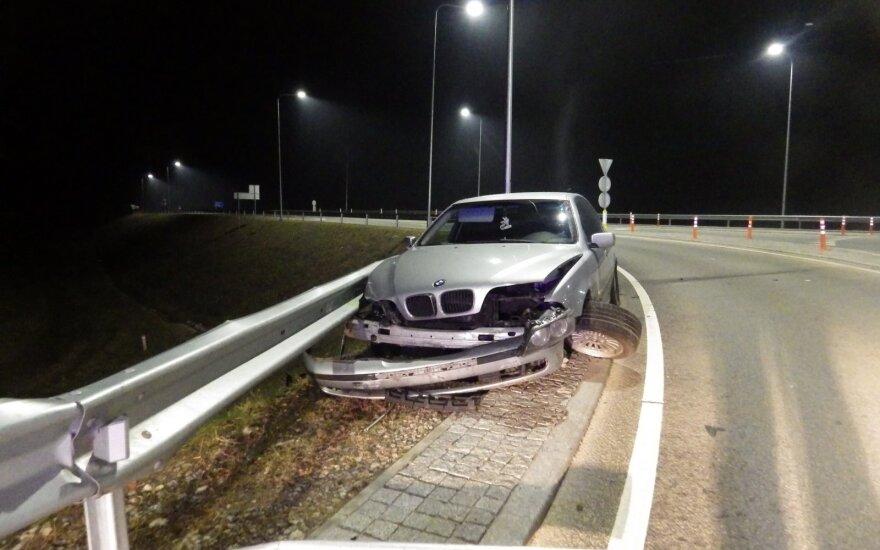 Girtas vairuotojas su BMW išbandė atitvaro tvirtumą: automobilis neatlaikė