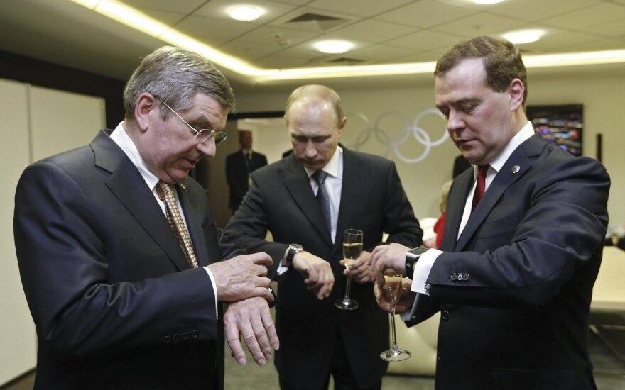 Vladimiras Putinas (centre), Dmitrijus Medvedevas (dešinėje) ir Thomasas Bachas