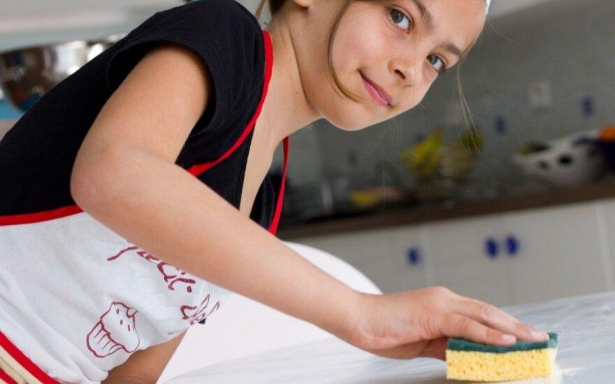 vaikas, mergaitė,valymas, kempinė, tvarka, švara, virtuvė,