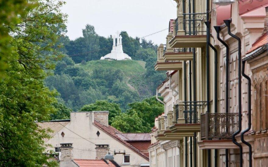 Trys kryžiai Vilniuje nušvis Prancūzijos vėliavos spalvomis