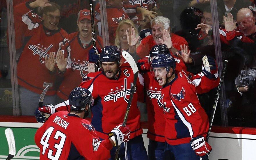 """""""Washington Capitals"""" ekipos žaidėjai džiaugiasi po Alekso Ovečkino įvarčio."""