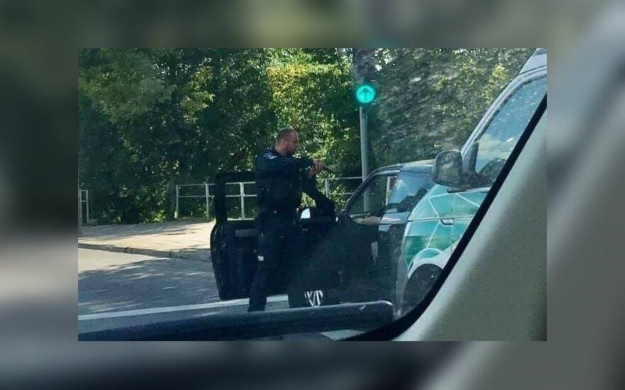 Užfiksuotas šiurpokas vaizdas: Vilniuje policininkas nutaikė ginklą į automobilio vairuotoją