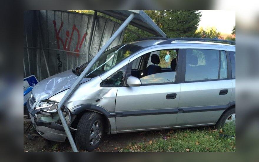 """Įtariama, girtas """"Opel"""" vairuotojas rėžėsi į stotelėje laukusius šiauliečius"""