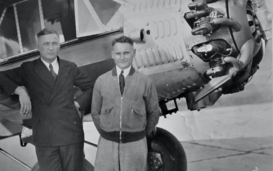 """Steponas Darius (kairėje, pasirėmęs) ir Stasys Girėnas prie """"Lituanicos"""" / Balzeko lietuvių kultūros muziejus (BLKM), Dariaus ir Girėno kolekcija"""