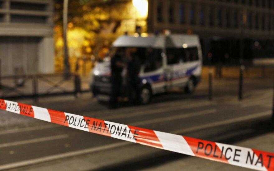 Kruvinas incidentas Paryžiuje: per užpuoliko ataką sužeisti septyni žmonės