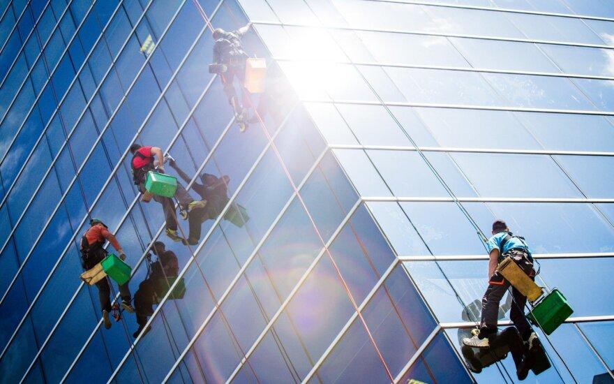 Darbdaviai dairosi darbuotojų užsienyje, o Kauno regione daugėja bedarbių