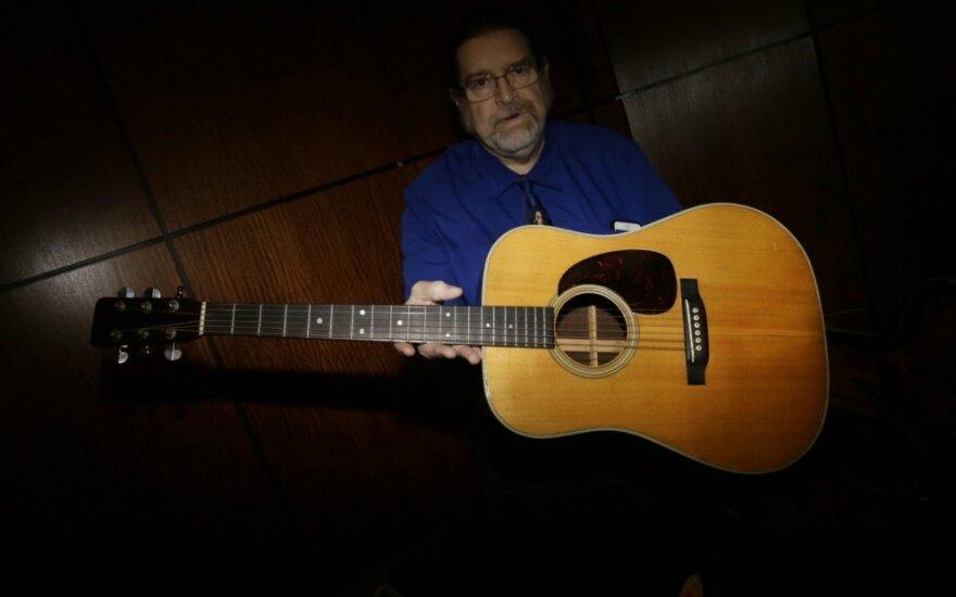 Aukcione parduota Bobo Dylano gitara