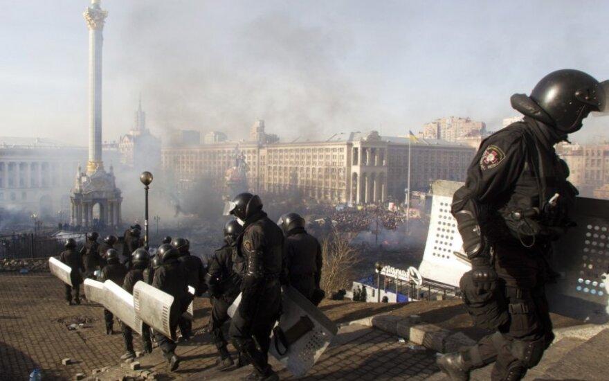 Ukraina: ant kariškio uniformos – rusiška emblema