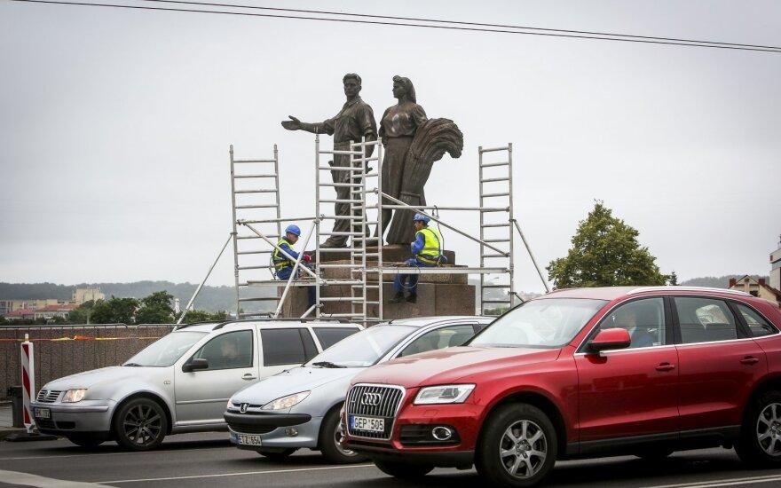 Part of Vilnius Green Bridge statues removed
