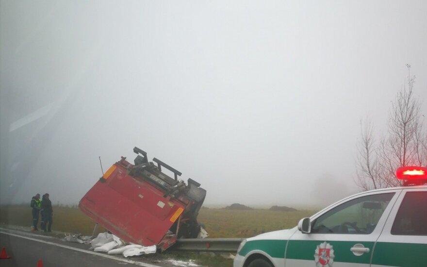 Ukmergės rajone nuo kelio nuvažiavo sunkvežimis