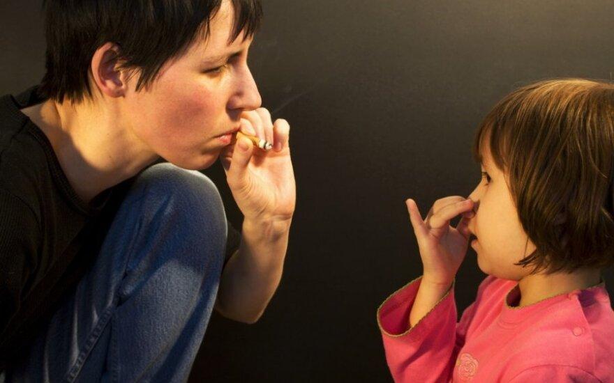 Mama rūko prie vaiko