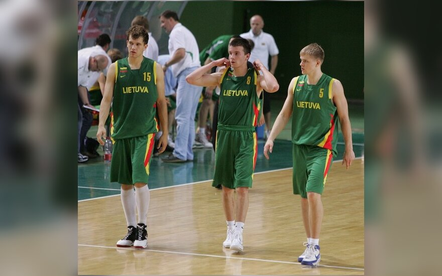 Adas Juškevičius (centre)