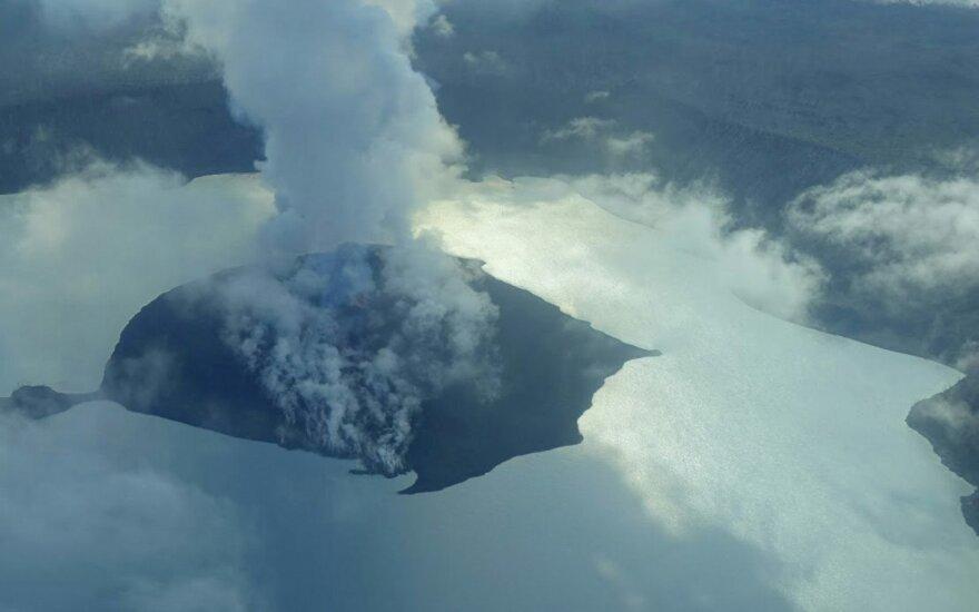 Iš Vanuatu salos dėl ugnikalnio išsiveržimo vėl evakuojami žmonės