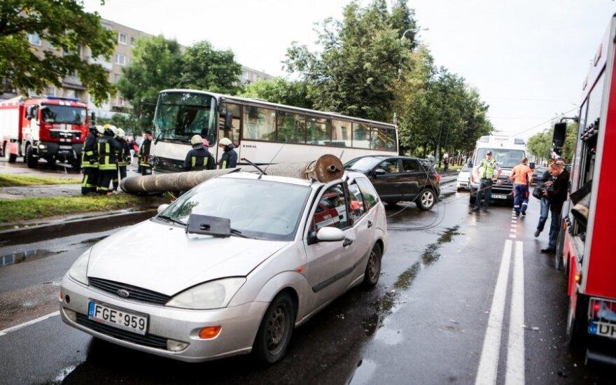 Vilniuje autobusas nuvertė stulpą, šis krisdamas apdaužė kelis automobilius
