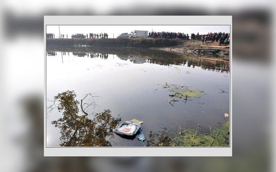 Kinijos vidurio regione autobusui įkritus į ežerą žuvo 18 žmonių