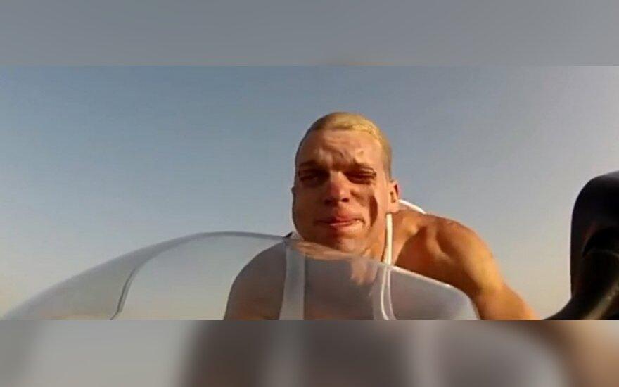 Britai smaginasi: kaip atrodo veidas lekiant 240 km/h greičiu?
