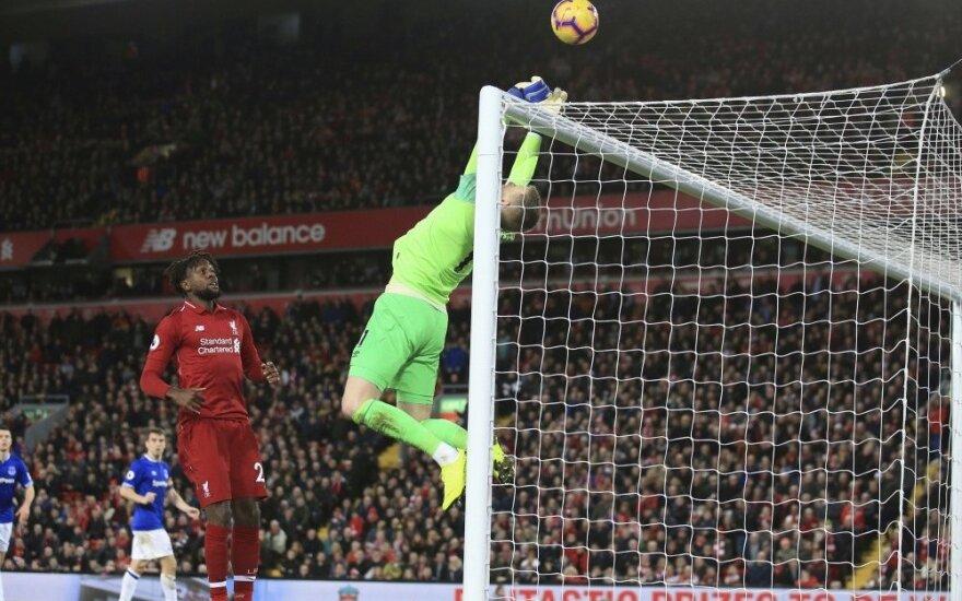 """Anglijoje – kuriozinis įvartis 96 min., išgelbėjęs """"Liverpool"""" kailį"""
