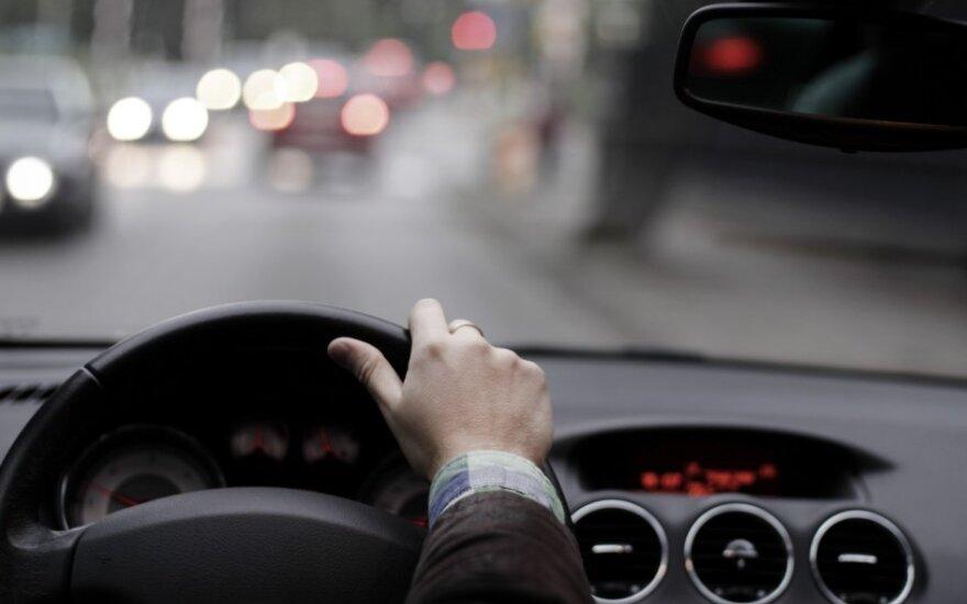 Kaip kinta vairuotojo dėmesys kalbant telefonu ir naudojantis laisvų rankų įranga