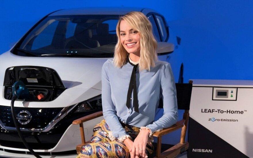 """""""Nissan"""" elektromobilių ambasadorė Margot Robbie tiesioginės transliacijos metu pristatė kompanijos planus"""