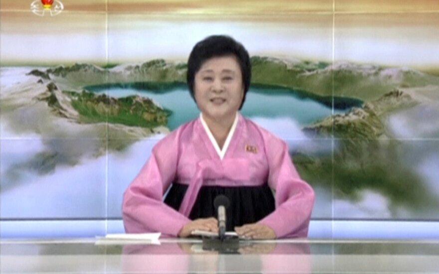 """Šiaurės Korėjos """"rožinė dama"""": naujienų pranešėja ketina paskelbti pasaulio pabaigą"""