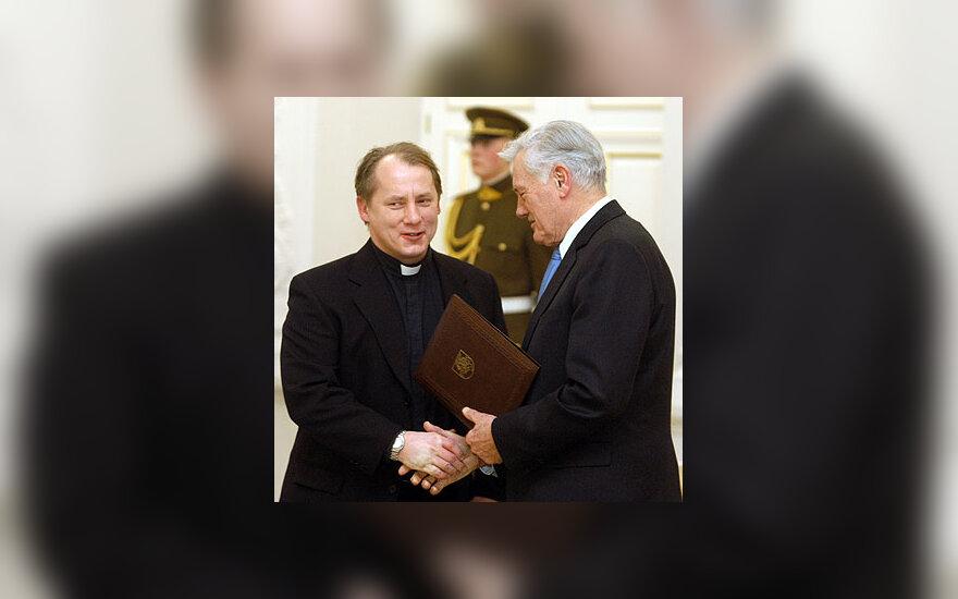 Prezidentas Valdas Adamkus Sausio 13-osios medaliu apdovanoja kunigą Julių Sasnauską