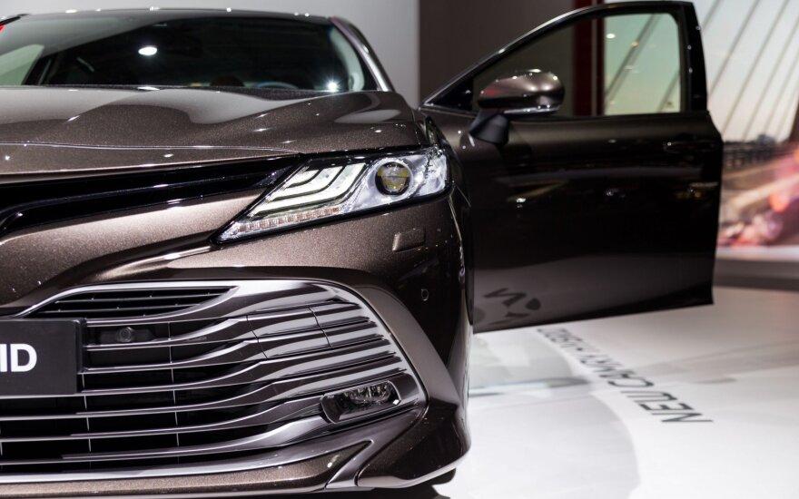 """Paryžiaus automobilių parodoje pristatytas naujas """"Toyota Camry"""" hibridas"""