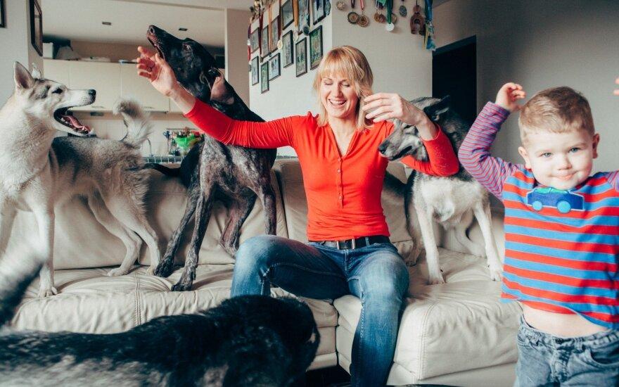 """<span style=""""color: #c00000;"""">Keturis šunis</span> auginanti šeima: vaikai mūsų šunims tarsi gaujos nariai"""