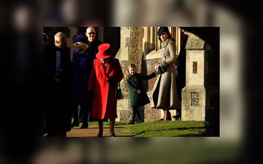 Britų karalienė užmiestyje su šeima iškilmingai šventė Kalėdas