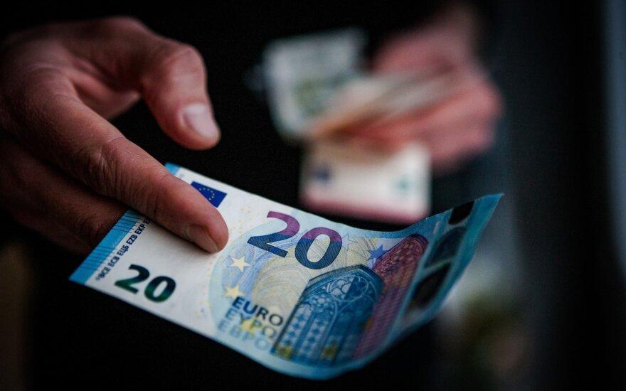 Lietuvoje sulėtėjo valandinio atlyginimo augimas