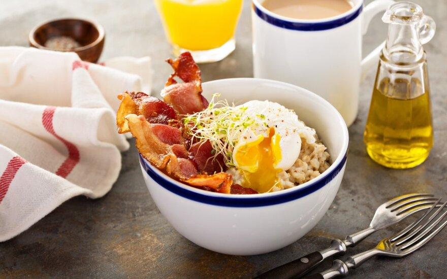 Sočių pusryčių idėja: avižinė košė su kumpiu ir kiaušiniu
