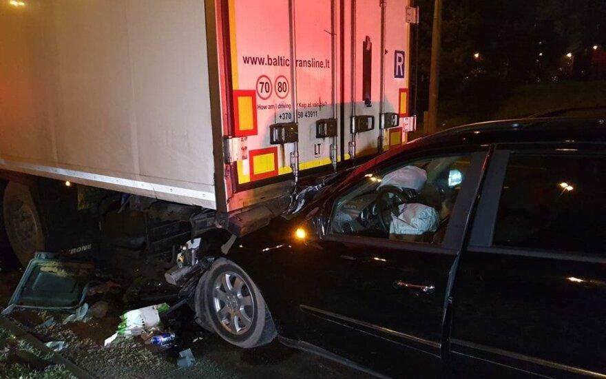 """Avarija Vilniuje: girtutėlio vairuotojo """"Mercedes"""" priekis atsidūrė po vilkiko puspriekabe"""