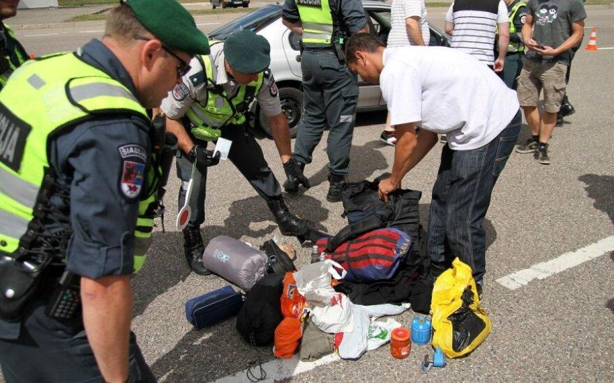 Policija tikrina automobilius pasienio kontrolės punkte