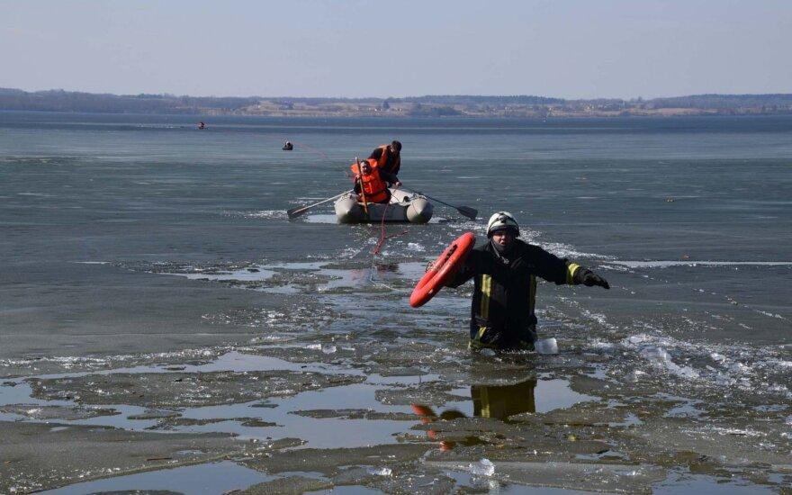 Žiema baigėsi, o žvejai vis tiek ropščiasi ant ledo likučių, paskui lediniame vandenyje tenka murkdytis gelbėtojams