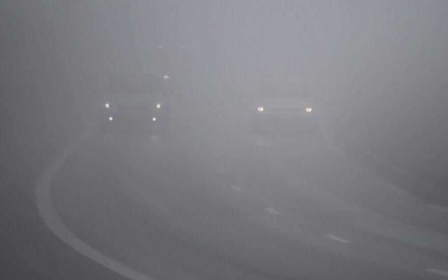 Naktį eismo sąlygas gali sunkinti rūkas