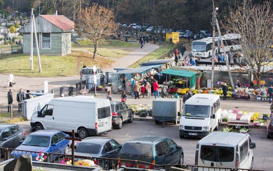 Lapkričio 1-ąją į kapines atėjo daugybė žmonių