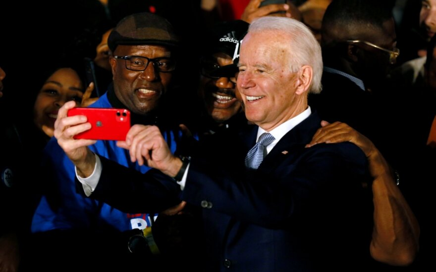 Bidenas laimėjo svarbius demokratų pirminius rinkimus Pietų Karolinos valstijoje