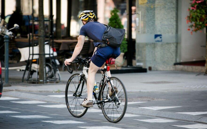 Patikrino, kaip vairuotojai lenkia dviratininkus: vis dar nevengia ir signalizuoti, ir prispausti prie kelkraščio